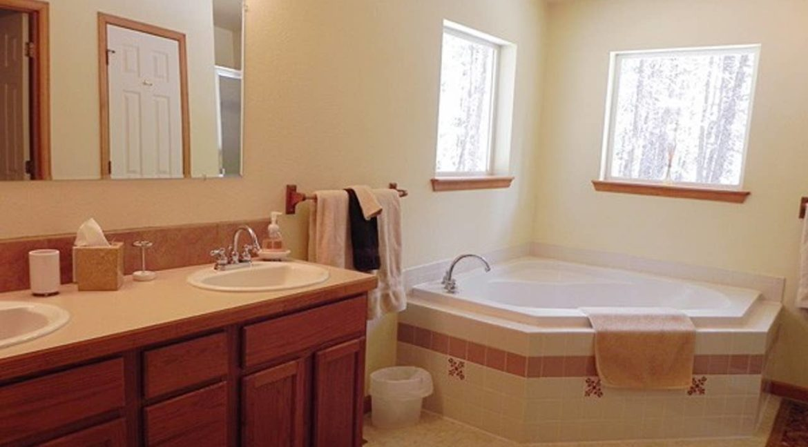 Nederland Trailside AirBnB 9 - Master Bath Tub and Shower